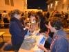 Eine unserer hochorganisierten Gruppen beim sandigen Wundertüten-Befüllen